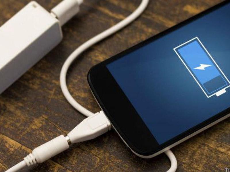 Cuáles son los peligros de cargar tu celular en lugares públicos